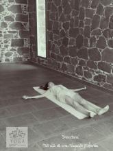 """Shavasana, la postura del """"cadáver"""": mucho más allá de una relajación profunda"""